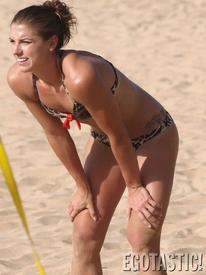 alex_morgan_plays_bikini_volleyball_in_hawaii_05_675x900.jpg