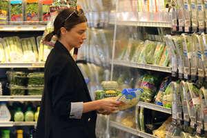 Miranda-Kerr-at-grocery-shopping-in-Mali