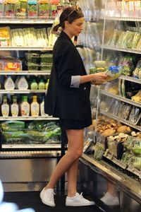 miranda-kerr-goes-grocery-shopping-in-malibu-4-2-2016-5.jpg