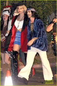 behati-prinsloo-dresses-as-pretty-woman-for-halloween-adam-levine-01.jpg