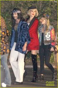 behati-prinsloo-dresses-as-pretty-woman-for-halloween-adam-levine-03.jpg