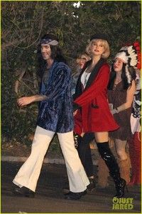 behati-prinsloo-dresses-as-pretty-woman-for-halloween-adam-levine-04.jpg