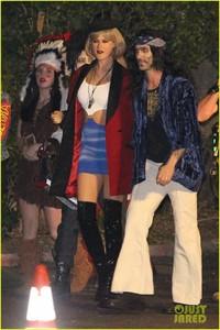 behati-prinsloo-dresses-as-pretty-woman-for-halloween-adam-levine-06.jpg