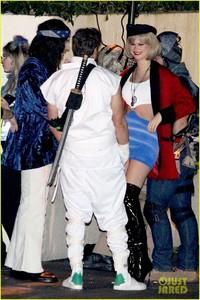 behati-prinsloo-dresses-as-pretty-woman-for-halloween-adam-levine-07.jpg