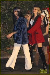 behati-prinsloo-dresses-as-pretty-woman-for-halloween-adam-levine-08.jpg