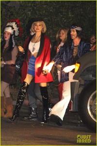 behati-prinsloo-dresses-as-pretty-woman-for-halloween-adam-levine-10.jpg