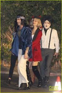 behati-prinsloo-dresses-as-pretty-woman-for-halloween-adam-levine-12.jpg
