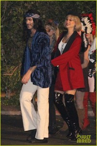 behati-prinsloo-dresses-as-pretty-woman-for-halloween-adam-levine-14.jpg