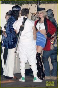 behati-prinsloo-dresses-as-pretty-woman-for-halloween-adam-levine-15.jpg
