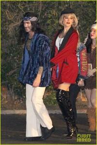 behati-prinsloo-dresses-as-pretty-woman-for-halloween-adam-levine-16.jpg