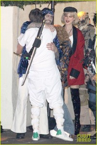 behati-prinsloo-dresses-as-pretty-woman-for-halloween-adam-levine-22.jpg