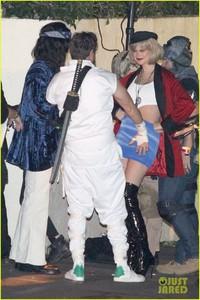 behati-prinsloo-dresses-as-pretty-woman-for-halloween-adam-levine-24.jpg