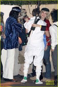 behati-prinsloo-dresses-as-pretty-woman-for-halloween-adam-levine-25.jpg