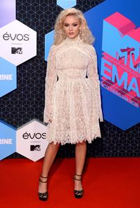 zara-larsson-mtv-europe-music-awards-2016-110616-image-006.jpg