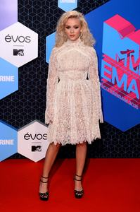 zara-larsson-mtv-europe-music-awards-2016-110616-image-007.jpg