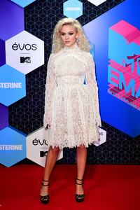 zara-larsson-mtv-europe-music-awards-2016-110616-image-008.jpg