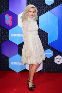 zara-larsson-mtv-europe-music-awards-2016-110616-image-010.jpg