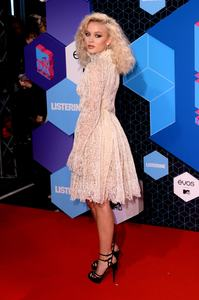zara-larsson-mtv-europe-music-awards-2016-110616-image-013.jpg