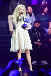 zara-larsson-mtv-europe-music-awards-2016-110616-image-019.jpg