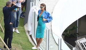 3B9A7F1E00000578-4063066-Wow_factor_She_was_seen_leaning_against_a_balcony_while_sporting-m-7_1482532154019.jpg