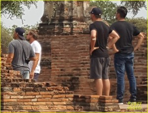 leonardo-dicaprio-rocks-a-fanny-pack-while-sightseeing-in-thailand2-05.jpg