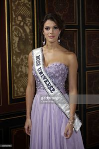 miss-univers-2017-iris-mittenaere-attends-les-bonnes-fees-charity-at-picture-id655795788.jpg