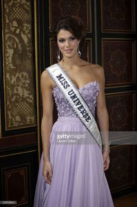miss-univers-2017-iris-mittenaere-attends-les-bonnes-fees-charity-at-picture-id655795812.jpg