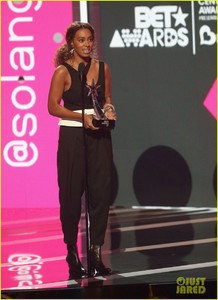 solange-knowles-bet-awards-2017-01.jpg