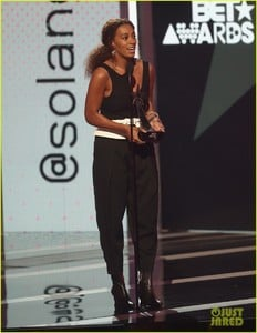 solange-knowles-bet-awards-2017-03.jpg