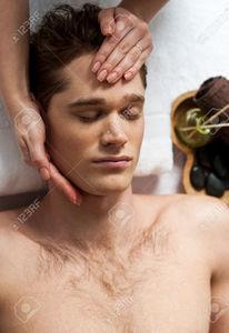 51879632-homme-d-tendu-obtenir-un-massage-du-visage-au-spa-de-jour-Banque-d'images.jpg