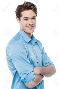 27673291-Jeune-homme-regardant-la-cam-ra-avec-les-bras-crois-s-Banque-d'images.jpg