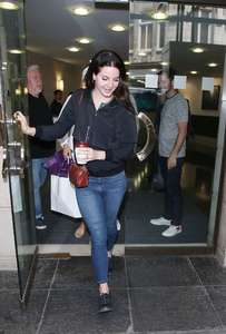 Lana-Del-Ray-at-Venture-House-in-London--05.thumb.jpg.239c28f8512d23f7af71ea80d9392a51.jpg