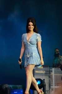 Lana-Del-Rey-Performs-at-Lollapalooza--10.jpg