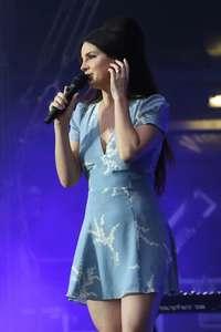 Lana-Del-Rey-Performs-at-Lollapalooza--16.jpg