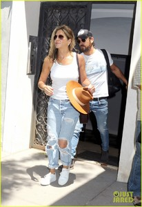 jennifer-aniston-justin-theroux-out-in-nyc-01.jpg