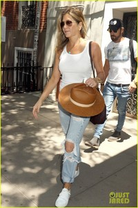 jennifer-aniston-justin-theroux-out-in-nyc-03.jpg