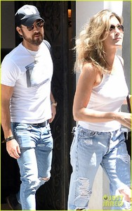 jennifer-aniston-justin-theroux-out-in-nyc-04.jpg