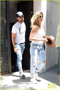 jennifer-aniston-justin-theroux-out-in-nyc-05.jpg