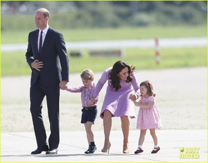 kate-middleton-prince-william-view-helicopters-george-charlotte-03.jpg