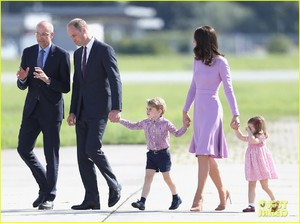 kate-middleton-prince-william-view-helicopters-george-charlotte-14.jpg
