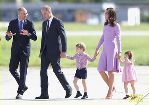 kate-middleton-prince-william-view-helicopters-george-charlotte-15.jpg