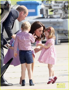 kate-middleton-prince-william-view-helicopters-george-charlotte-21.jpg