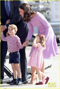 kate-middleton-prince-william-view-helicopters-george-charlotte-27.jpg