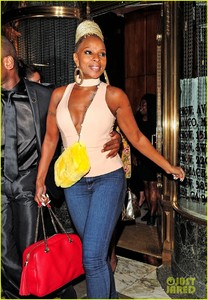 mary-j-blige-parties-with-kate-moss-in-london-05.jpg