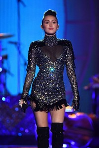 miley-cyrus-performance-at-iheartradio-music-festival-in-las-vegas-september-23-2017-2.thumb.jpg.80ad53ebb5ac1b7632f48c764f3bc169.jpg