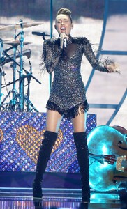 miley-cyrus-performance-at-iheartradio-music-festival-in-las-vegas-september-23-2017-3.thumb.jpg.0562d022178559fb68550931ece734d7.jpg