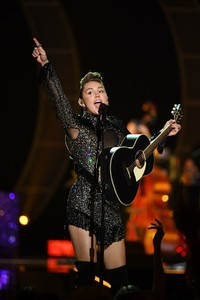 miley-cyrus-performance-at-iheartradio-music-festival-in-las-vegas-september-23-2017-6.thumb.jpg.57a0c0305f01ee335b554df753c24c2e.jpg