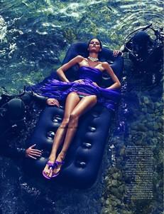 Vogue_N908-1870.thumb.jpg.08bd2088361b42a4b36983d9607f9d76.jpg