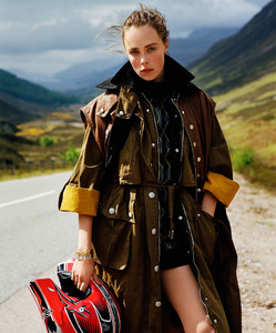 Vogue_UK-September_2016-Edie_Campbell-by-Alasdair_McLellan-13.thumb.jpg.97aeab44dc97dd56886c6231bcbe8139.jpg