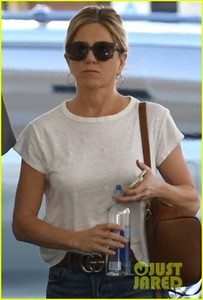 jennifer-aniston-steps-out-after-donating-to-puerto-rico-relief-01.jpg